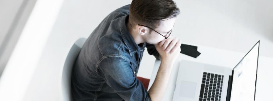 Apogee_man_working_on_laptop.jpg